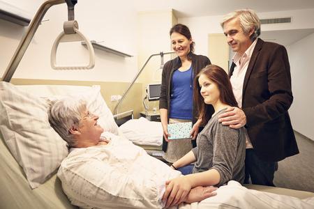 Familia visita al hospital con el paciente