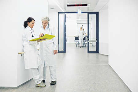 Hospital with two doctors in the discussion in the coridor Stockfoto