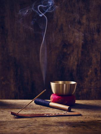 mindfulness: Aangestoken klankschaal op hout met joss stok