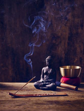 singing bowl: Lit ciotola di canto e Buddha in legno con bastone joss
