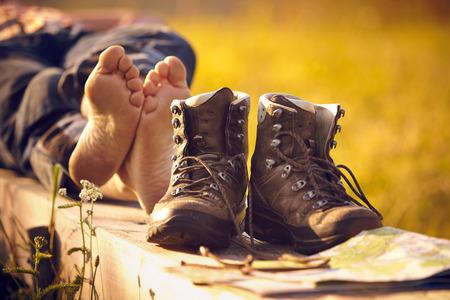 Schoenen van een man liggend op de bank in de zonsondergang Stockfoto - 35361870