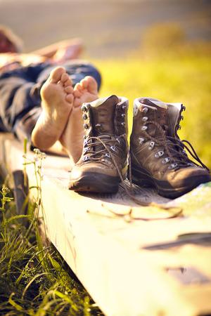 Man liggend op de bank en wandelschoenen Stockfoto - 35646705