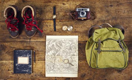 mochila de viaje: flatlay parte superior de senderismo con camisa, zapatos para caminar y el reloj de pulsera