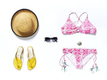 chapeau de paille: flatlay de dessus de la plage blanche avec des sandales jaunes lunettes de soleil bikini et chapeau de paille