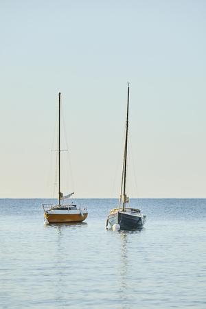 Zwei Segelboote klein vor Anker mit Boje auf dem Meer Stockfoto - 96408574