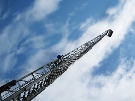 voiture de pompiers: échelle à incendie et le ciel Banque d'images