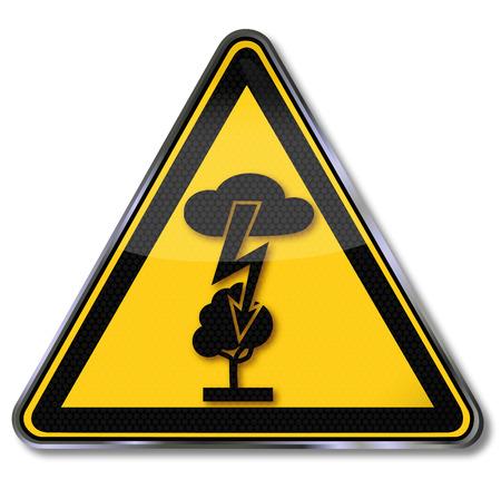 descarga electrica: Se�al de peligro de una descarga el�ctrica y un rayo en un �rbol