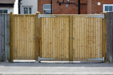 ferreteria: Un par de puertas de madera para el acceso a la casa con la puerta lateral �nica