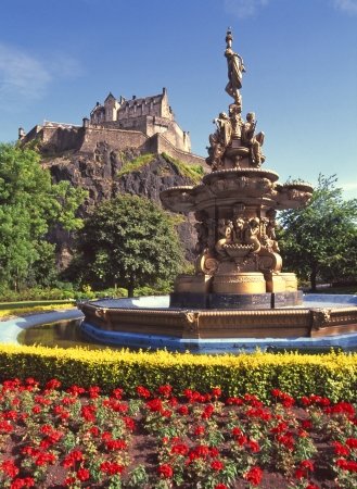 british weather: Ross Fountain in West Princes Street Gardens with Edinburgh castle perched on the famous granite outcrop in Scotland  Stock Photo