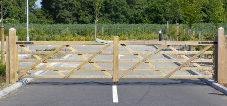 ironmongery: Par de cinco puertas de madera de barras de cierre de aparcamiento privado en la v�a p�blica