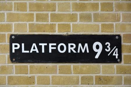 alfarero: Reg�strate en la pared en la estaci�n de Kings Cross visitados por los fans de Harry Potter y la plataforma nueve y tres cuartos