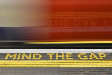 red tube: Mind the Gap alerta y metro borrosa con la reflexi�n