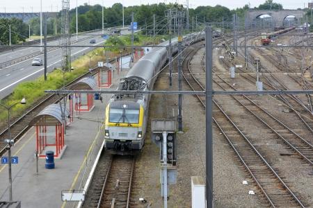 vise: Vise and�n de la estaci�n de tren y el tren B�lgica con la autopista junto