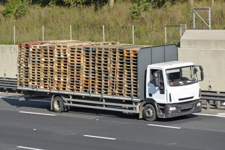 starr: Flache R�ckseite starren K�rpers LKW mit Bauholzladung Paletten verladen Lizenzfreie Bilder