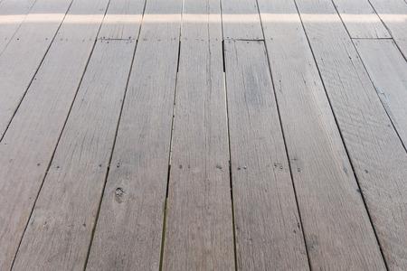 Planches de bois de plancher au-dessus de l'eau au marché flottant, Thaïlande