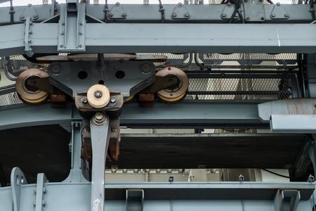 polea: ruedas de polea en el sistema de teleférico sobrecarga Foto de archivo