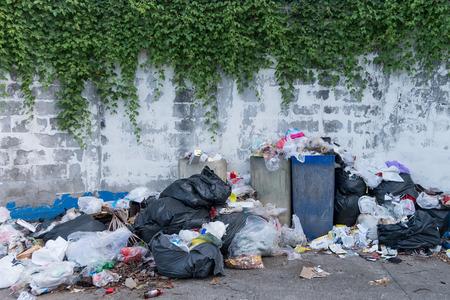 夕方にはゴミに満ちているゴミ箱