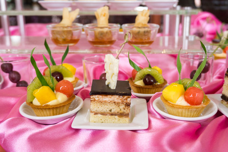 mixed fruit tart and another sweet dessert at conference meeting Stockfoto