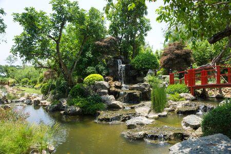 Estilo jardín japonés con cascada. Foto de archivo