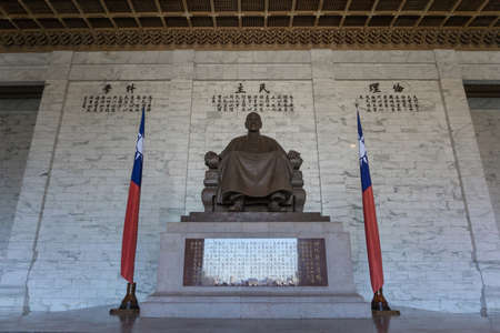 Taipei, Taiwan- November 16, 2019: The large statue of Chiang Kai-shek in the main hall of the Chiang Kai-shek Memorial Hall. Редакционное