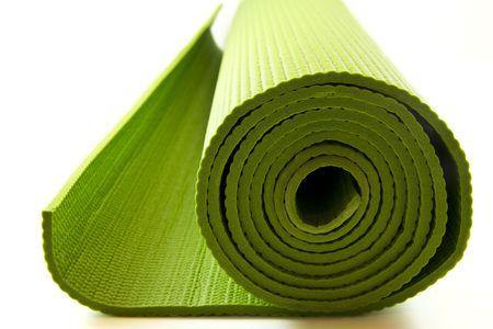 Groene yoga matras geïsoleerd op witte achtergrond