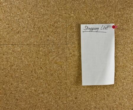 elenchi:  Lo shopping carta bianca elenco appuntata una bacheca Archivio Fotografico