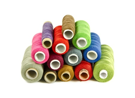 hilo rojo: Hilos de colores de costura aisladas sobre un fondo blanco