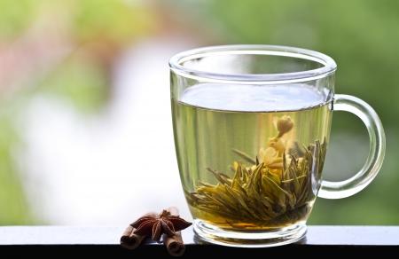 Detailní záběr s šálkem zeleného čaje s jasmínem