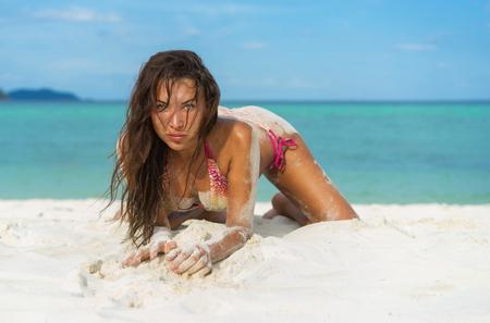 mujeres fashion: Vacaciones tropicales. Joven y bella mujer en bikini en la playa.