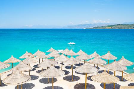 Zonnescherm parasols op het prachtige Ksamil strand, Albanië. Stockfoto