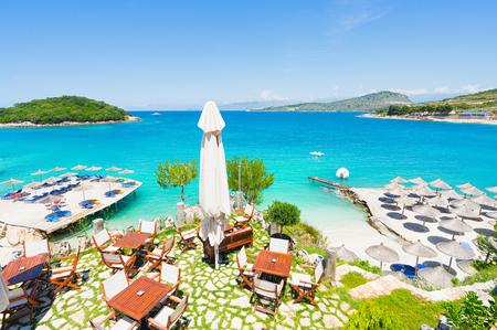 日よけパラソル、デッキチェア、アルバニア Ksamil ビーチのテーブル。