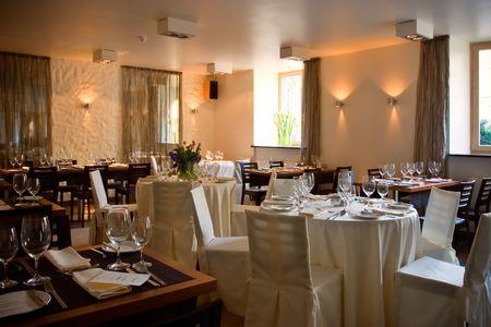 Restaurante Interior servido con tablas