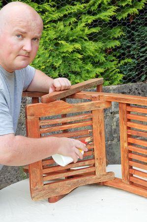 Hommes en dehors de la réparation des brisures dans le jardin chaise longue Banque d'images - 5288111