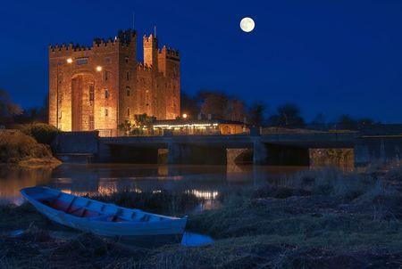 Foto atemberaubende Bunratty Castle in westlich von Irland in der Nacht Standard-Bild - 6275792