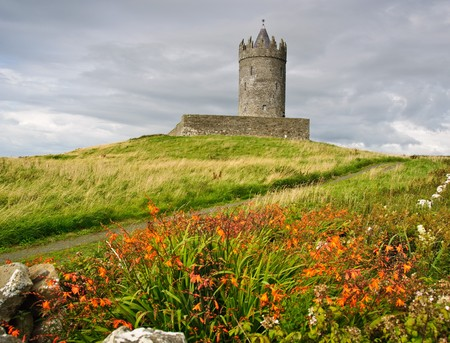 ufortyfikować: Stary starożytnej Zamek irlandzkich fotografii w doolin, Irlandia  Zdjęcie Seryjne