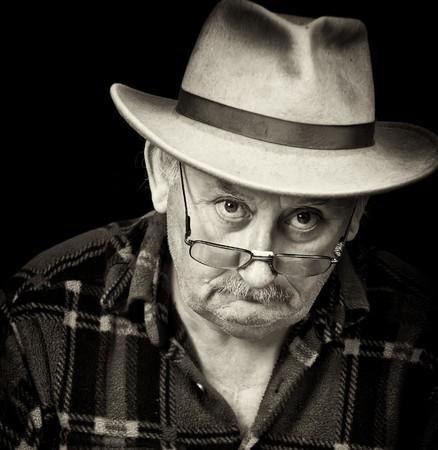 grumpy: Foto van senior man met verdrietig of chagrijnig gezicht portret