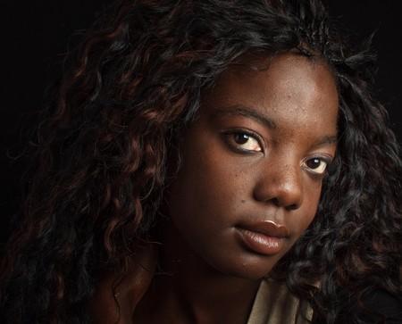 Foto schönes Porträt eines schwarzen Afroamerikaners auf Schwarzem Standard-Bild - 7686724