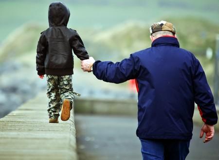 padre e hijo: padre e hijo caminando de la mano