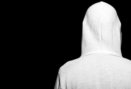 sweatshirt: Foto hoher Kontrast dunklen moody Capture M�nnchen mit Hoodie auf schwarz