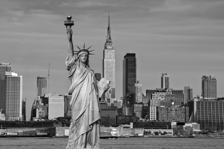 photo tourism concept new york city with statue liberty Standard-Bild