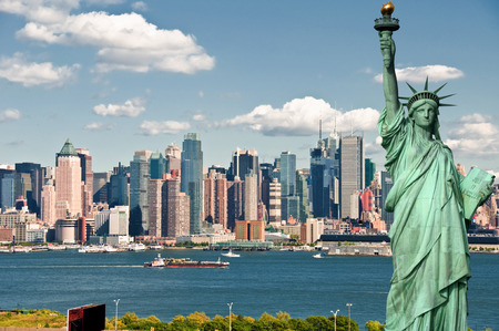 new york city cityscape skyline with statue of liberty Standard-Bild