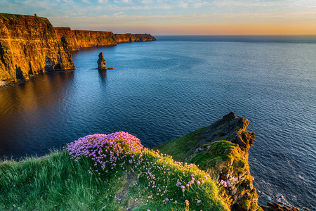 아일랜드 카운티 클레어에서 아일랜드 세계 유명한 관광 명소입니다. 아일랜드의 Moher West 해안 절벽. 에픽 아일랜드 풍경과 야생 대서양 방식으로 바