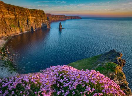 Atrakcyjność turystyczna wsi Irlandii w hrabstwie Clare. Cliffs of Moher and castle Ireland. Epicki krajobraz irlandzki pejzaż wzdłuż dzikiego atlantyckiego sposobu. Piękna sceniczna natura hdr Irlandia.
