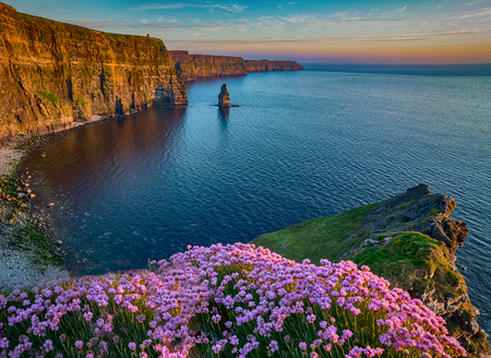 Ireland countryside tourist attraction in County Clare. The Cliffs of Moher and castle Ireland. Epic Irish Landscape Seascape along the wild atlantic way. Beautiful scenic nature hdr Ireland. 版權商用圖片 - 68540869