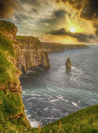 epische meningen van de klippen van moher in provincie Clare Ierland. de nummer 1 toeristische attractie van Ierland. prachtige schilderachtige Ierse platteland langs de wilde Atlantische weg. Stockfoto