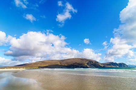 アイルランドの西の北から田園アイルランドの国の美しい自然風景。野生の大西洋の道に沿って風光明媚なアキル島。有名なアイルランドの観光地 写真素材