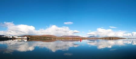 Prachtige Ierse panoramisch landschap van achill eiland in county mayo. landschappelijke platteland van Ierland in de natuur met landschap reflecties op de zee. Stockfoto - 90237583