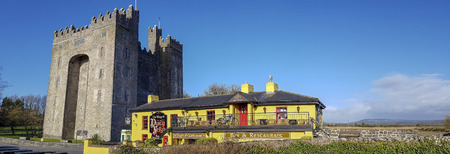 Bunratty Castle, Ireland - Feb 8th 2018: Beautiful view of Ireland's most famous Castle in County Clare. Bunratty Castle Is A World Tourism Attraction. Stockfoto - 95346392