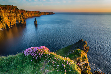 oil painting effect of the world famous cliffs of moher in county ireland. beautiful scenic irish countryside along the wild atlantic way. 스톡 콘텐츠
