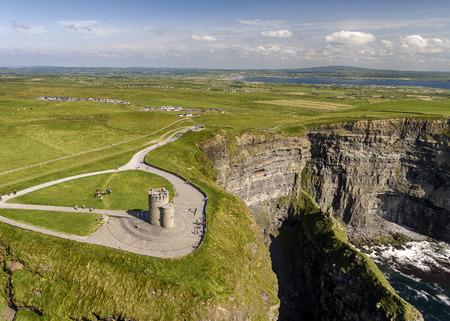 Luftaufnahme der weltberühmten Klippen von Moher in der Grafschaft Clare, Irland. Standard-Bild